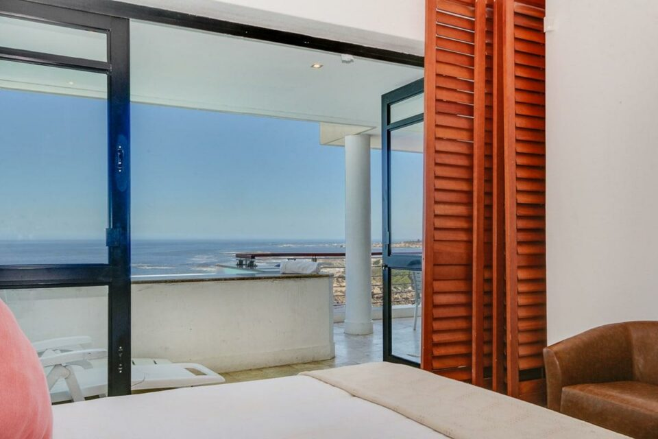 Bali Luxury Suite C - Master bedroom & sea views