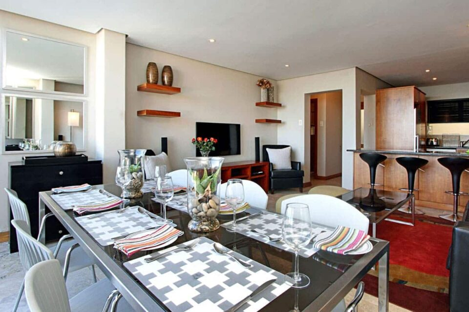 Panorama Apartment - Dining & TV area