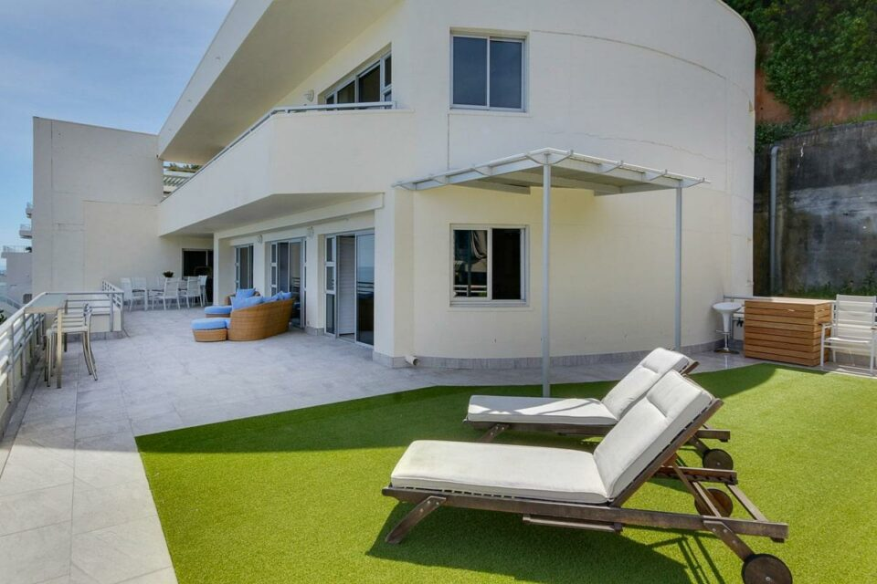 Penthouse on Clifton - Exterior & sun loungers