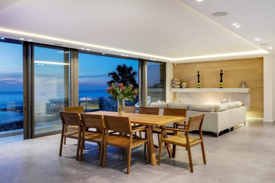 Skyline Views - Dining area