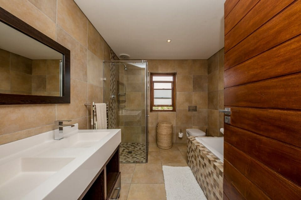 Oakwood Lane - Shared Bathroom
