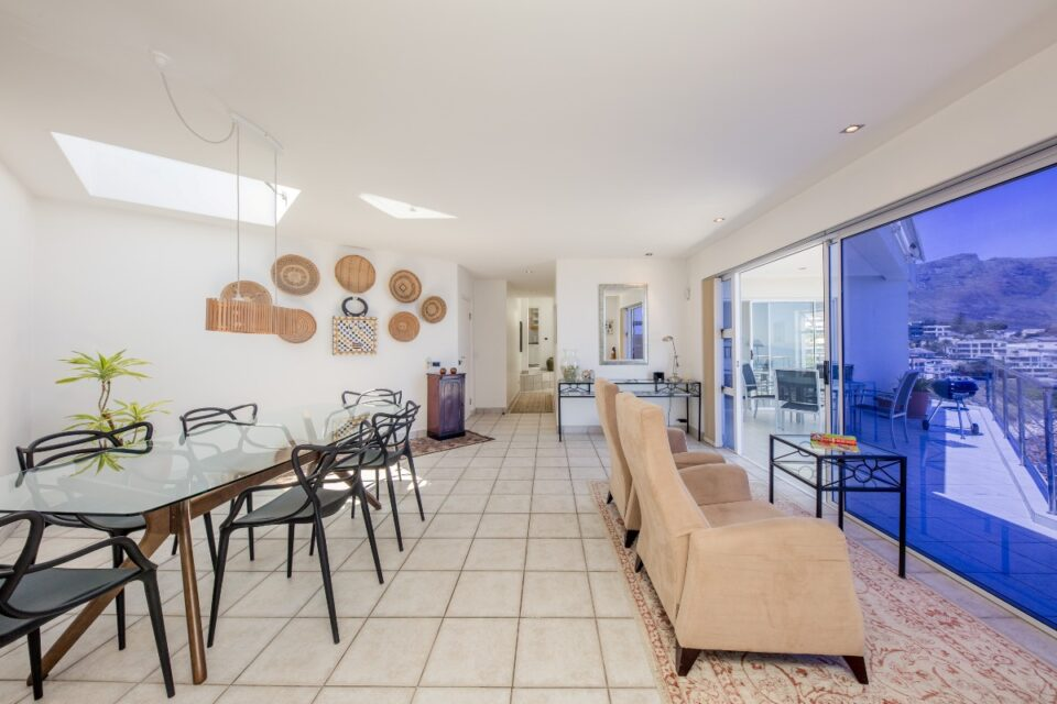 Camps Bay Terrace Penthouse - Open plan Dining & Seating