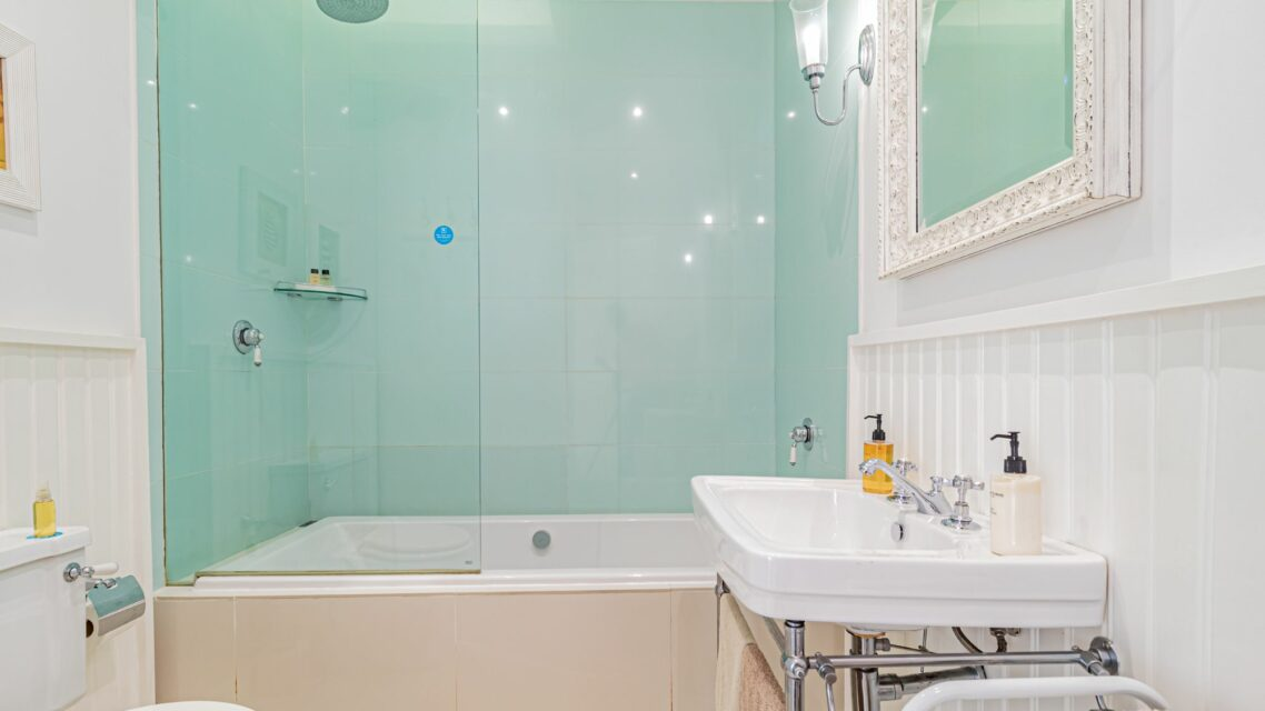 Six Selbourne - Bath and shower