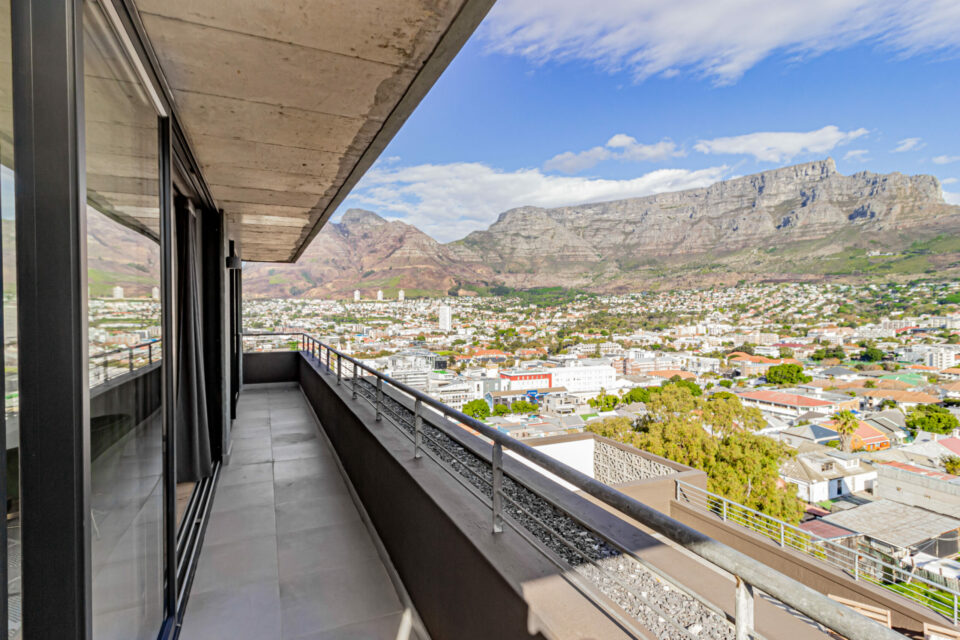 40 on L - Balcony with panoramic views