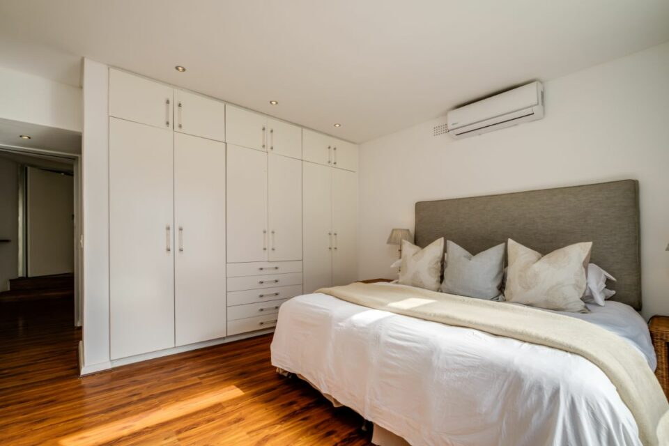 Silvertree - Cottage Main Bedroom
